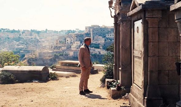 Bond visits Vesper's grave in No Time to Die